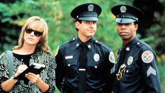 """In """"Police Academy 4"""" durfte Steve Guttenberg(Mitte) der jungen Sharon Stone den Kopf verdrehen."""