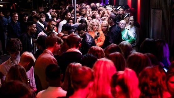 Lange Schlange vor einem Club in Kopenhagen: Alle Corona-Maßnahmen wurden aufgehoben.