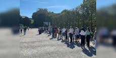 Hunderte Wiener stehen vor Zoo stundenlang in Schlange