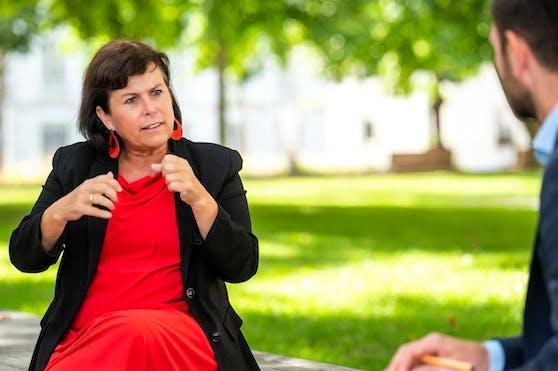 """Birgit Gerstorfer im """"Heute""""-Interview vor dem Linzer Landhaus."""