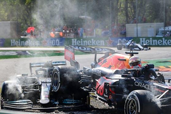 Max Verstappen landet auf dem Mercedes von Lewis Hamilton. Dem rettet sein Halo das Leben.