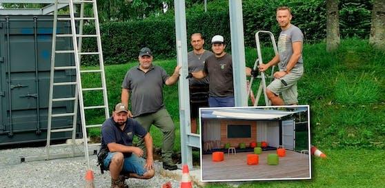 Insgesamt zwölf engagierte Eltern halfen beim Aufbau des Freiluft-Klassenzimmers mit, darunter auch Markus Steiner (rechts auf der Leiter).