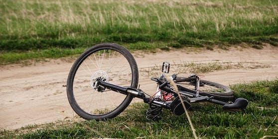 Der Mann wurde regungslos am Rande eines Radwegs gefunden.