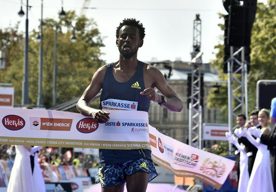 Derara Hurisa gewann den Wien-Marathon.