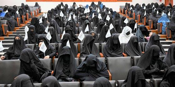 Mit Vollschleier – so sollen Frauen in Kabul an die Uni.