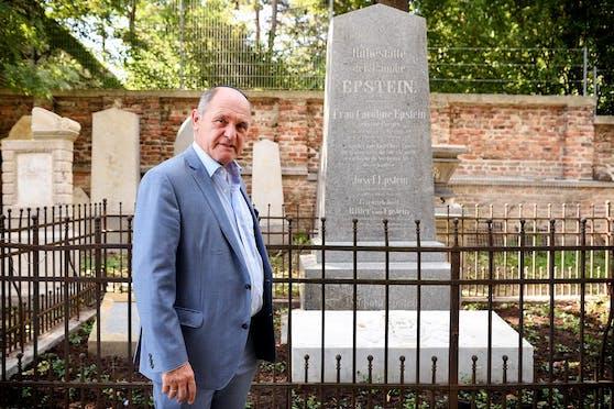 Nationalratspräsident Wolfgang Sobotka vor der Grabstätte der Familie Epstein am Jüdischen Friedhof in Wien-Währing