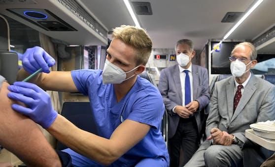 Bildungsminister Heinz Faßmann (ÖVP) besucht einen Impfbus vor dem Schulzentrum in Gloggnitz.