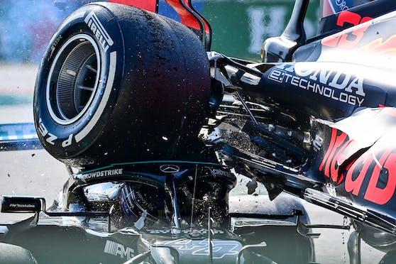 Bild des Jahres: Der Red Bull von Verstappen fällt auf Hamilton.