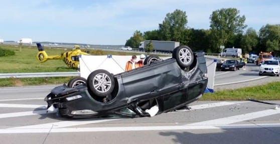 Das Auto hatte sich nach der Kollision mit dem Lkw überschlagen und blieb auf dem Dach liegen.