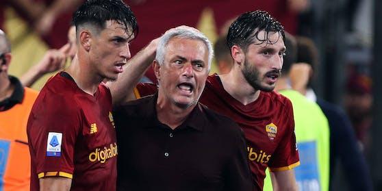 Jose Mourinho ist nach dem Sieg außer sich.