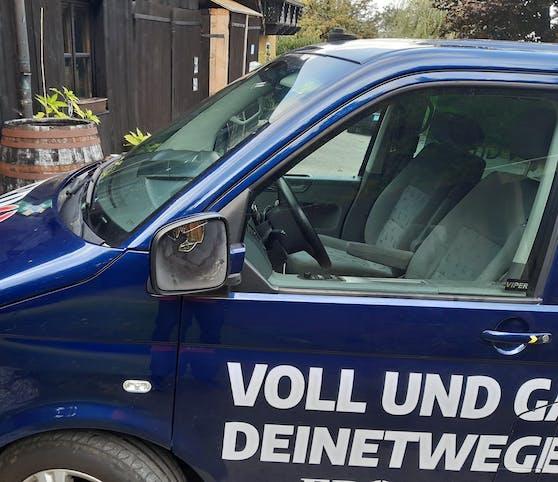 Auf den Wagen eines FPÖ-Politikers wurde uriniert.