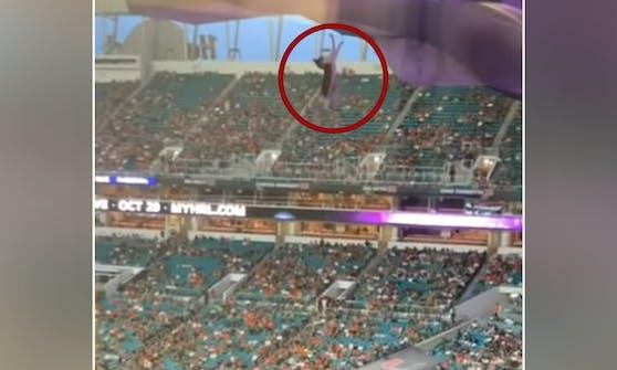 """Ein Kätzchen hatte sich in eine lebensgefährliche Situation manövriert - alles vor den Augen des Publikums im """"Hard Rock Stadium"""" in Miami Gardens."""