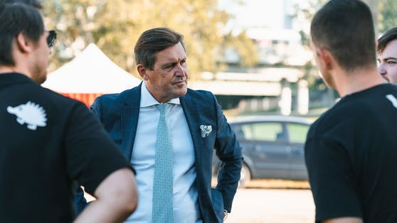 Wirtschaftsstadtrat Peter Hanke (SP) bei den Aufbauarbeiten am Donauinselfest.
