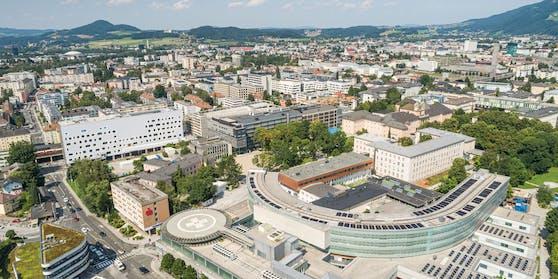 Das LKH Salzburg mit seinem Parkhaus.