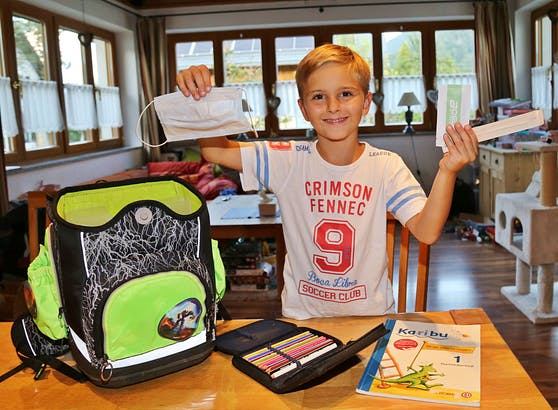 Endlich geht's in die Schule! Pauli freut sich auf ein spannendes Schuljahr (mit Corona-Spielregeln).