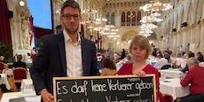 Protest mit Pflaster und Schoko gegen Lehrerkürzungen