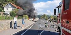 Auto ging während der Fahrt plötzlich in Flammen auf