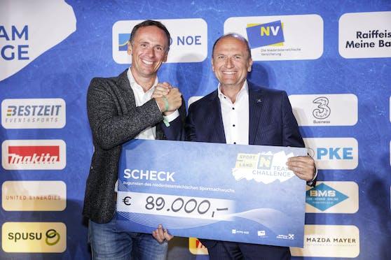 Sportlandesrat Jochen Danninger und NV-Vorstandsdirektor Bernhard Lackner (r.) freuen sich über 89.000 Euro für den NÖ-Sportnachwuchs