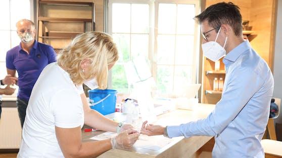 """Clemens Oistric (""""Heute"""") testete den neuen Antikörper-Schnelltest in der Apotheke."""