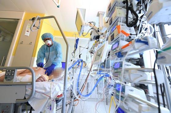 Ein Patient auf der Intensivstation des Universitätsklinikums Tulln. Vom Stufenplan ist in der Verordnung nichts zu finden.