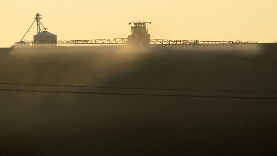 """Ein französischer Bauer versprüht in Piace, Nordwestfrankreich, das """"wahrscheinlich krebserregende"""" Unkrautvernichtungsmittel Glyphosat. Um die globale Klimakrise lösen zu können braucht es auch eine Agrarwende."""