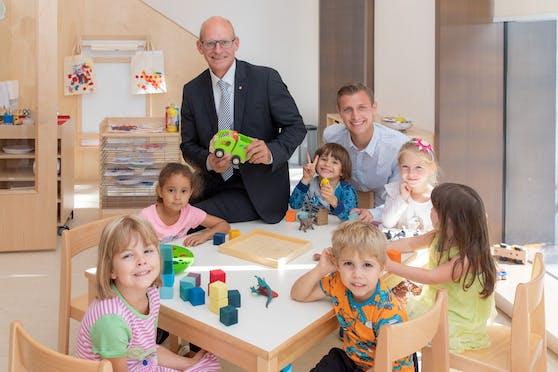 Generaldirektor Dr. Ralph Müller (Mitte) und Kindergartenleiter Oskar Huber mit Kindern im neuen Kindergarten der Wiener Städtischen Versicherung.