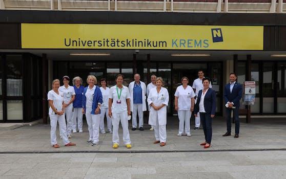 Die Klinikleitung mit den Stationsleitungen und den ärztlichen Vertretern der am besten bewerteten Stationen.