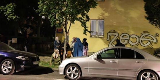 Trauernde Frauen aus der Community versammelten sich vor dem Wiener Gemeindebau.