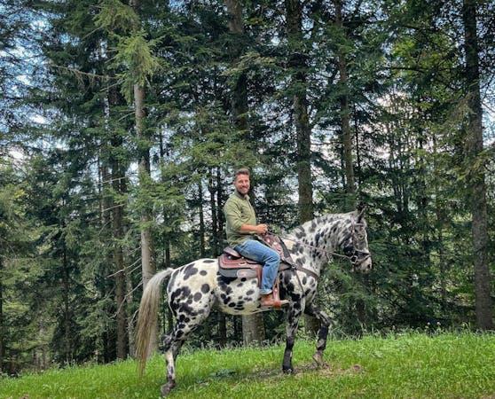 Marcel Hirscher tauscht das Motocross-Bike gegen ein Pferd.