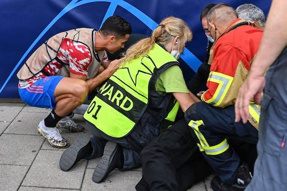 Cristiano Ronaldo hat eine Ordnerin am Kopf getroffen.