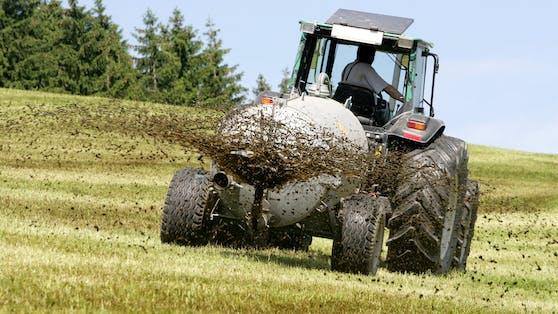 Ein Traktor mit einem Güllefass.