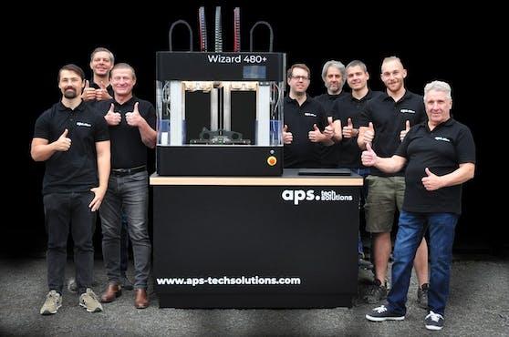 Das Entwicklerteam von aps techsolutions mit dem Wizard 480+ (Credit: aps techsolutions)