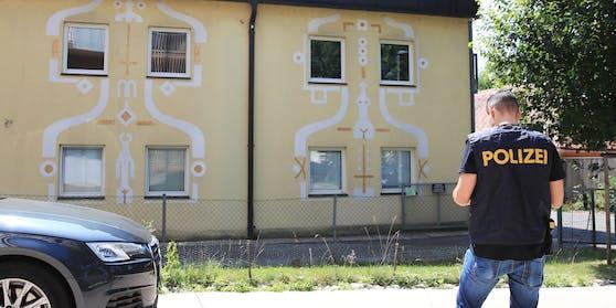 Ein Polizeibeamter am Tatort im Grazer Bezirk Geidorf.