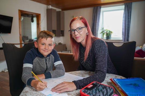 Sabrina Schickinger hat ihren Sohn Felix von der Schule abgemeldet, unterrichtet ihn von zu Hause aus.