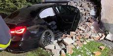 23-Jähriger reißt mit BMW riesiges Loch in Haus