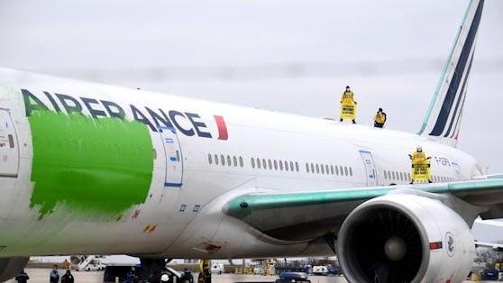 Greenpeace-Aktivisten am Flughafen Roissy-Charles de Gaulle (CDG), nördlich von Paris, prangern das Greenwashing im Flugverkehr an.