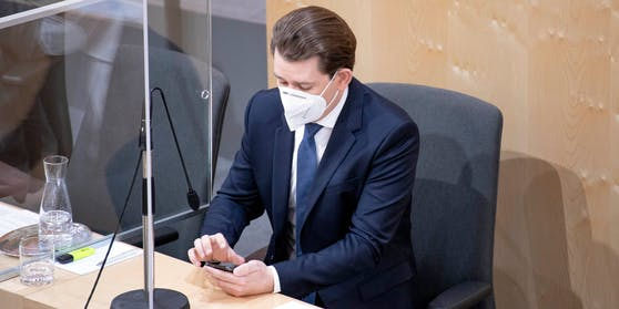 Bundeskanzler Sebastian Kurz (ÖVP), auch im Nationalrat gerne am Handy.