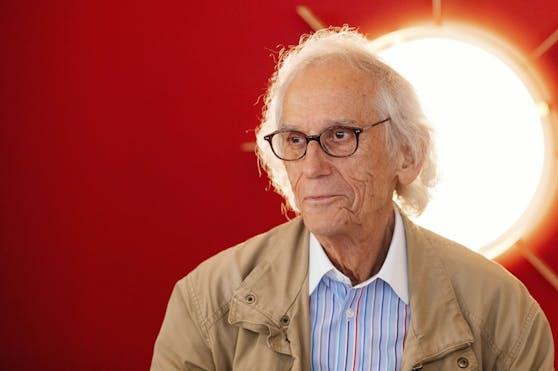 Christo erlebte die Verhüllung nicht mehr. Er starb im Mai 2020 im Alter von 84 Jahren.