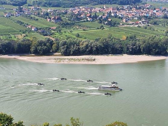 Das Boot mit den Ministern wurde vom Bundesheer eskortiert.