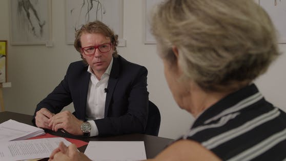 Anita L. kämpft mit ihrem Anwalt Martin Baumgartner gegen ihre vier Brüder.