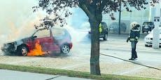 VW auf Billa-Parkplatz in Wien-Donaustadt in Vollbrand