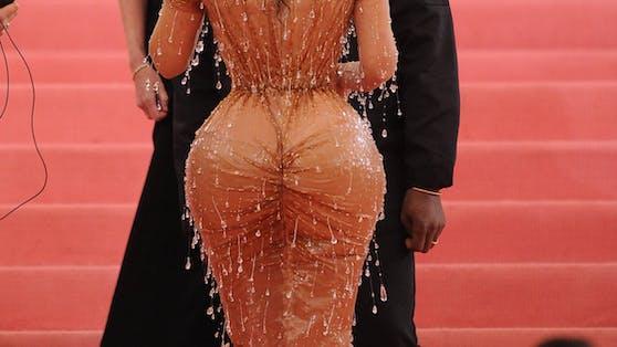 Kim Kardashian ging mit ihrem Hinterteil voran.