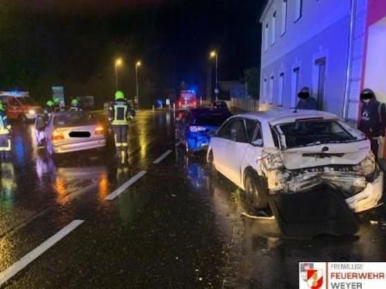 Die Unfallstelle in Weyer: Blechsalat, nachdem der Lenker auf der regennassen Fahrbahn wegrutschte.