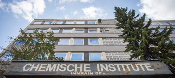 Derzeit läuft ein Feuerwehreinsatz bei der Chemie-Uni in der Tiroler Hauptstadt.