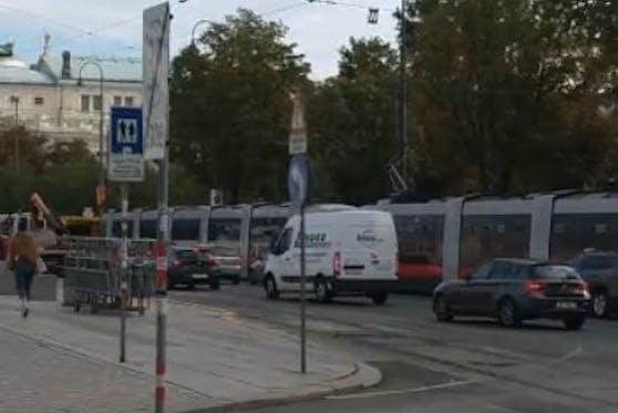 In der Innenstadt sind die Straßenbahnen zum Stehen gekommen.