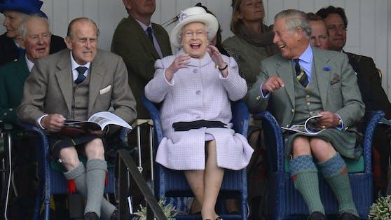 So ausgelassen sah man Prinz Philip, Queen Elizabeth and Prinz Charles öffentlich nur selten (2016)