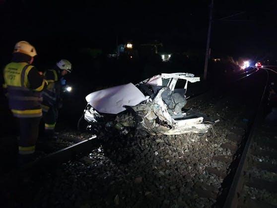 Ein Pkw landete auf Gleisen & wurde von einem Zug erfasst. Die Insassen konnten sich gerade noch retten.