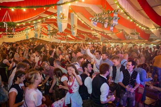 Im Rahmen der Herbstmesse fand in Braunau am Wochenende auch wieder das Oktoberfest statt. Wie hier auf dem Bild zu sehen, war das Zelt Freitagabend sehr gut gefüllt.