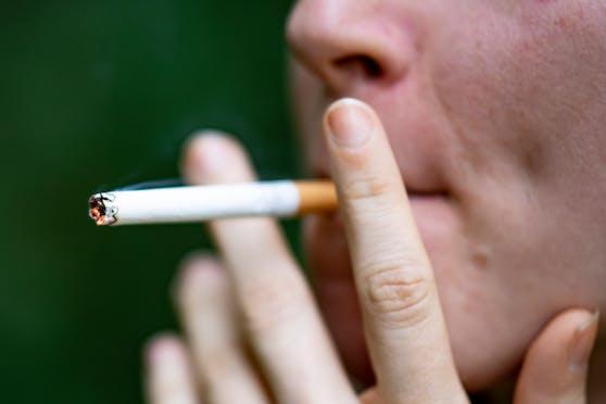 Seit Ausbruch der Pandemie besteht die These, dass Raucher seltener an Corona erkranken. Nun haben Forscher eine Erklärung hierfür.