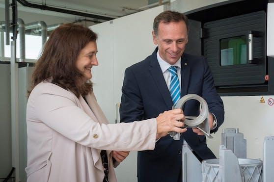 Kerstin Koren, Leiterin der Wirtschaftsabteilung des Landes NÖ und Landesrat Jochen Danninger bei einem 3D-Drucker in Wiener Neustadt